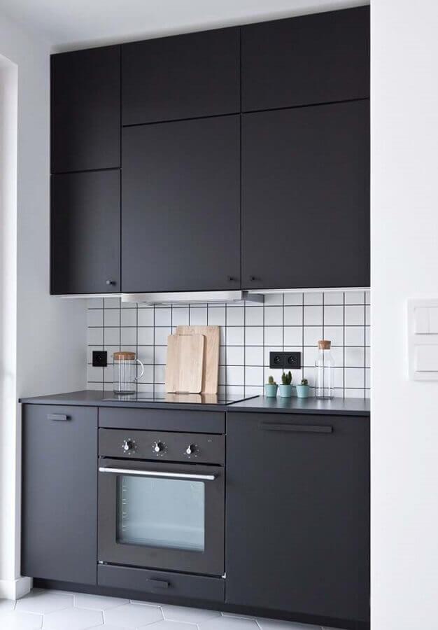 cozinha preta e branca com forno embutido