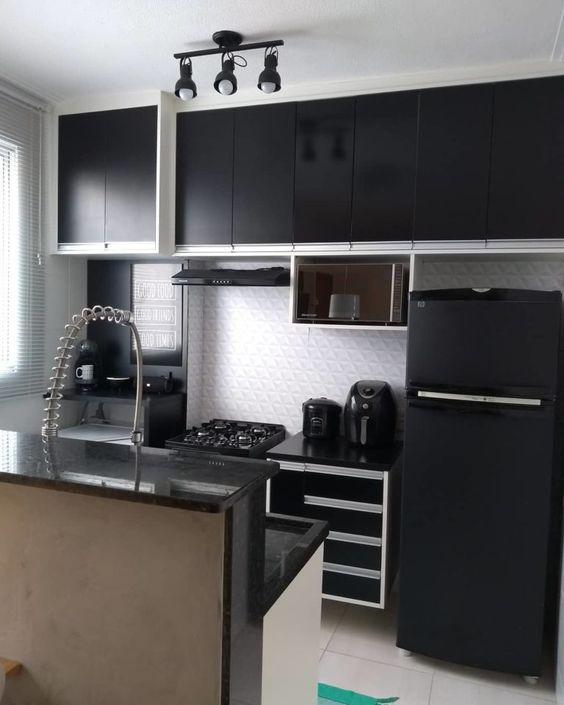 cozinha com marcenaria preta e iluminação em spots