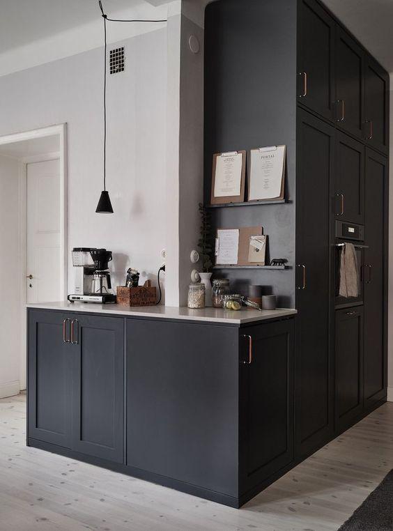 cozinha planejada preta e branca com pendente