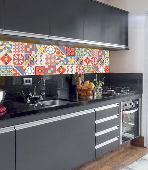 azulejos coloridos e bancada de granito preto