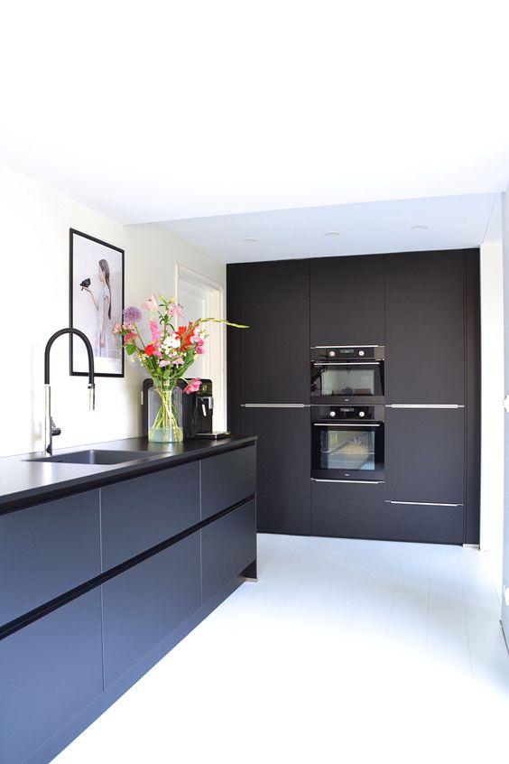 cozinha preta com torneira gourmet alta