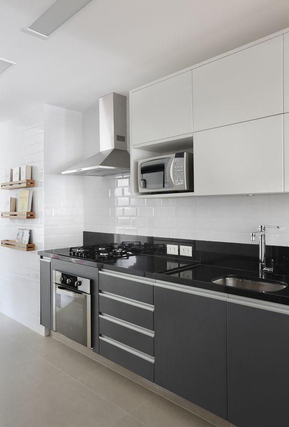 cozinha com bancada preta e marcenaria cinza