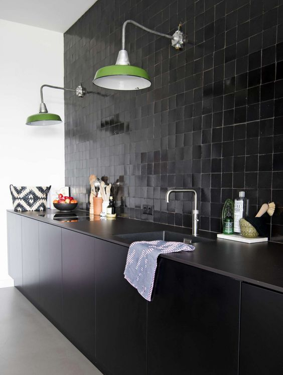 cozinha preta com luminárias verdes