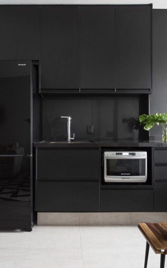 cozinha preta com pia de granito