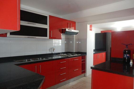 cozinha vermelha com bancadas pretas