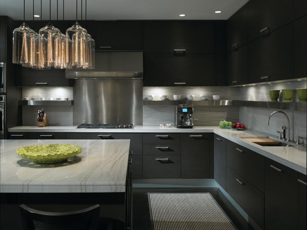 cozinha preta com grande coifa de inox