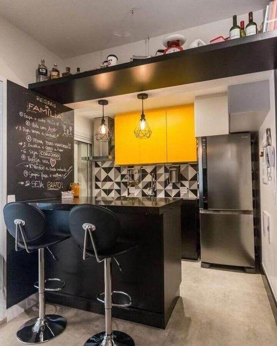cozinha pequena preta e amarela