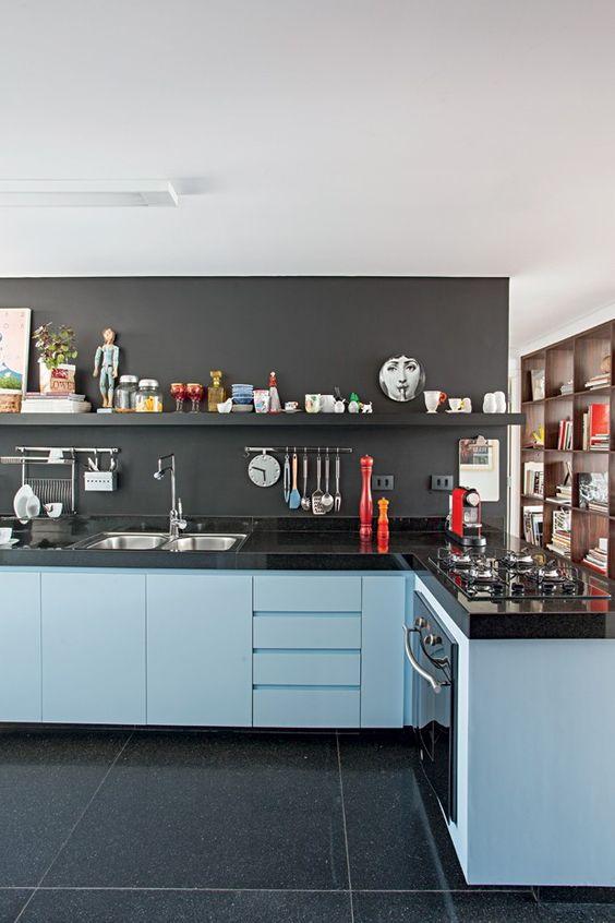 armário  azul bebê com preto e cinza bancada em granito