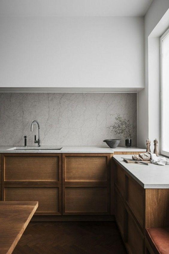 cozinha com madeira escura e pedra.