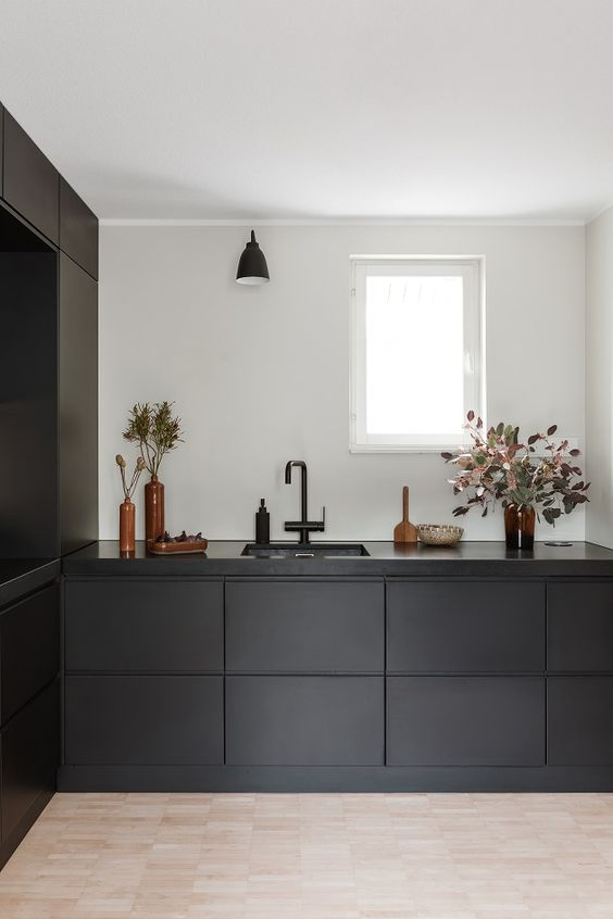 cozinha preta com torneira preta minimalista