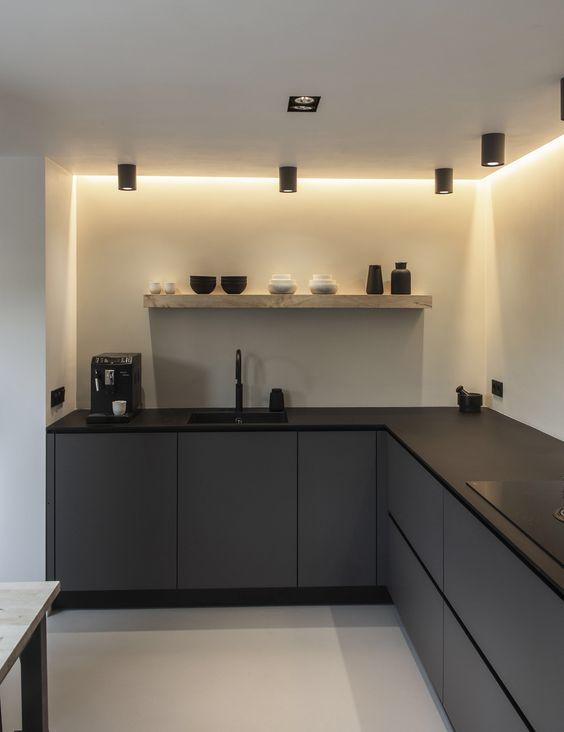 bancada preta fosca com marcenaria cinza e iluminação