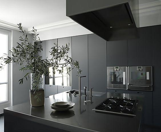 cozinha preta minimalista com ilha em silestone