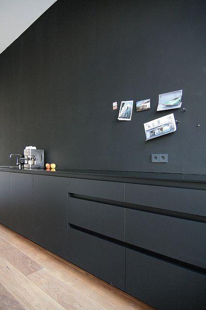cozinha preta com armário cinza chumbo e teto branco