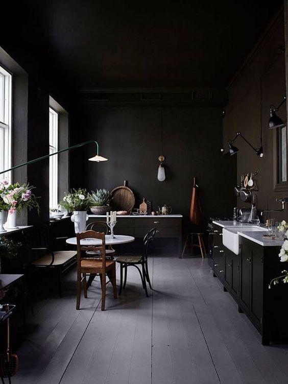 cozinha total preta com bancada e pia brancas