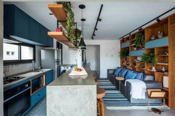cozinha americana comprida com sala de estar azul