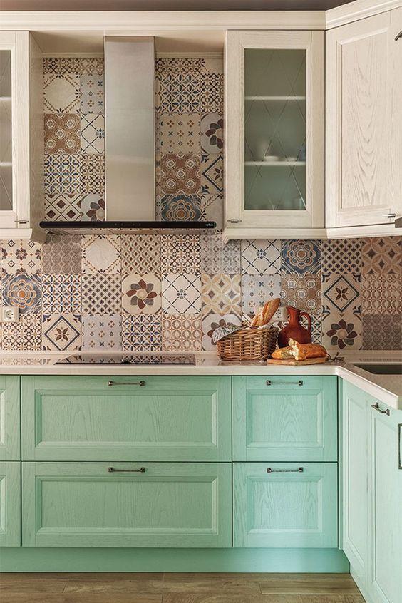 azulejos hidráulicos neutro com armário verdes.