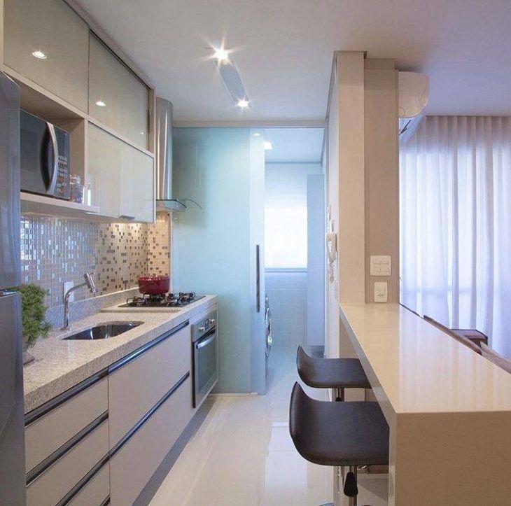 Decoração de cozinha pequena com armários planejados e revestido com pastilhas de cores neutras.