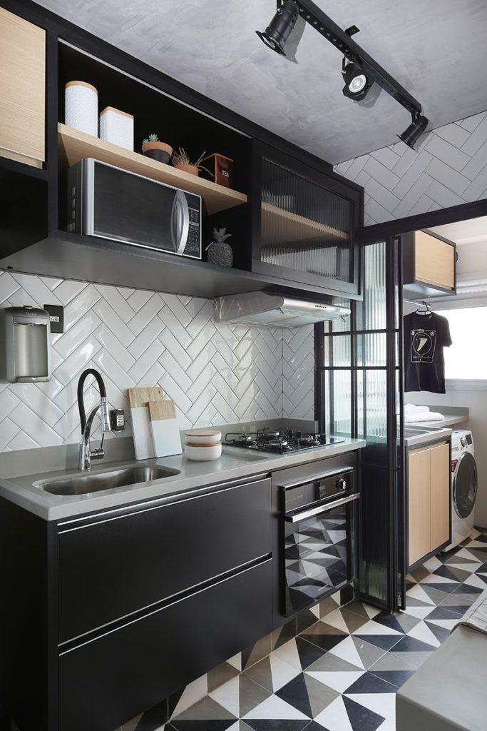 Decoração de cozinha em preto, branco e cinza com armários planejados.