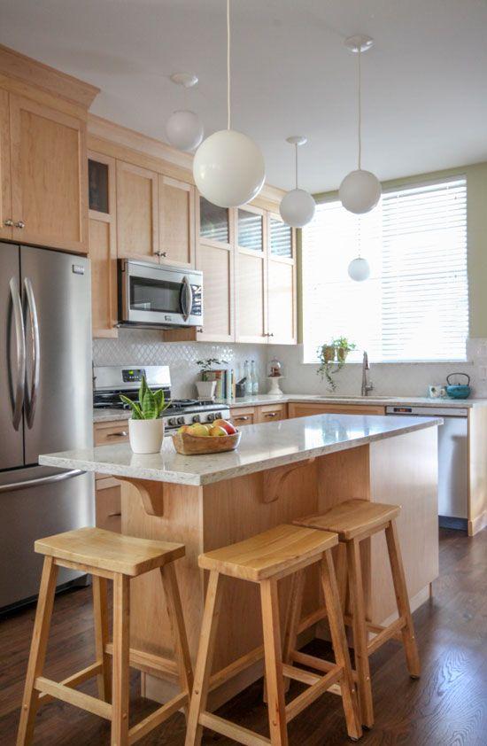 cozinha de madeira com pendentes brancos.