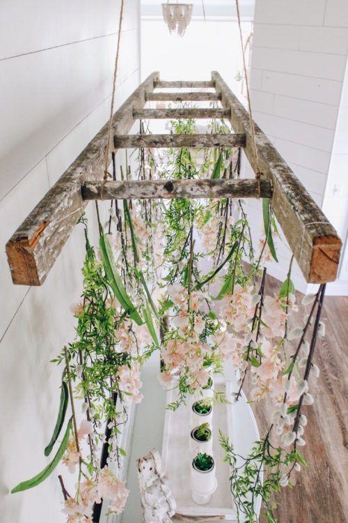 flores suspensas em escada de madeira