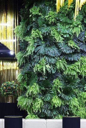 Jardim suspenso com plantas pendentes.