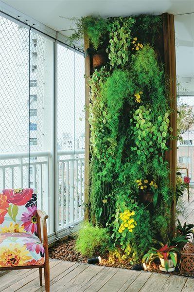 Jardim vertical em varanda.