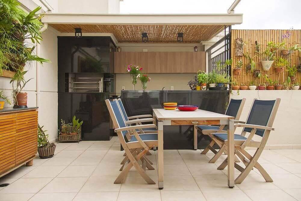 Área externa com jardim suspenso.