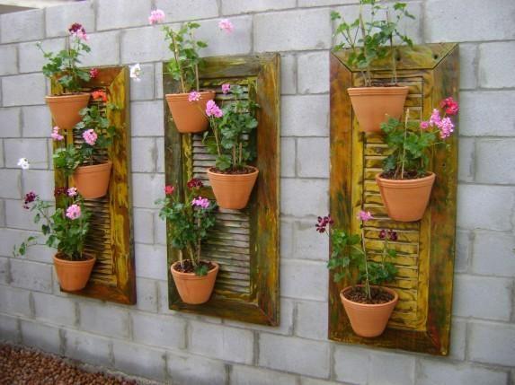 Jardim suspenso feito com janelas de madeira.