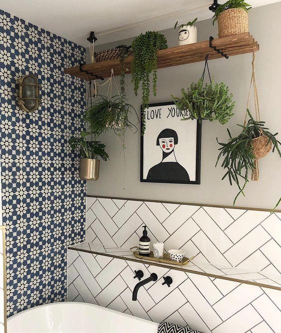 plantas pendentes em banheiro