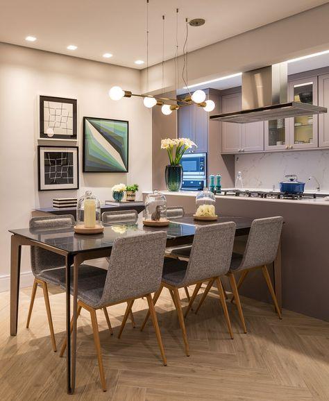 sala de jantar cinza com piso de madeira em escama de peixe