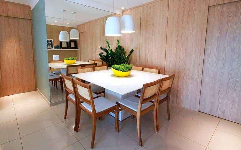 mesa quadrada em laca branca com cadeiras estofadas