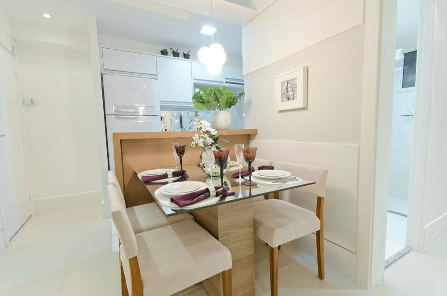 sala de jantar pequena com mesa de vidro.