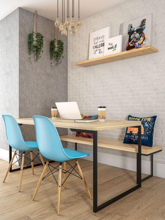 mesa industrial com cadeiras eames azul