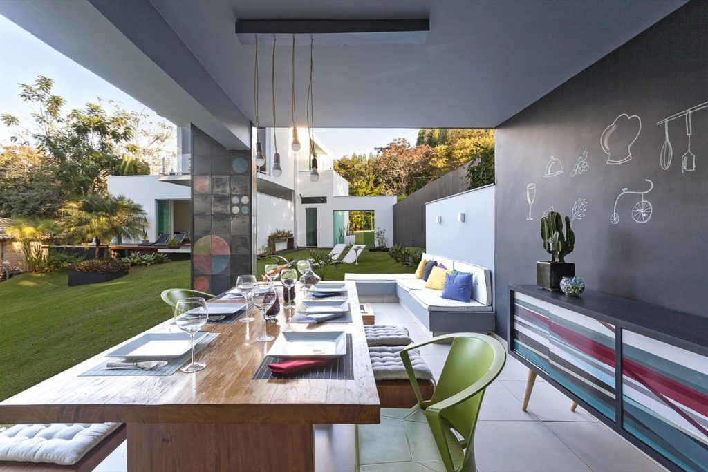 Área gourmet com sala de estar e visual supermoderninho.