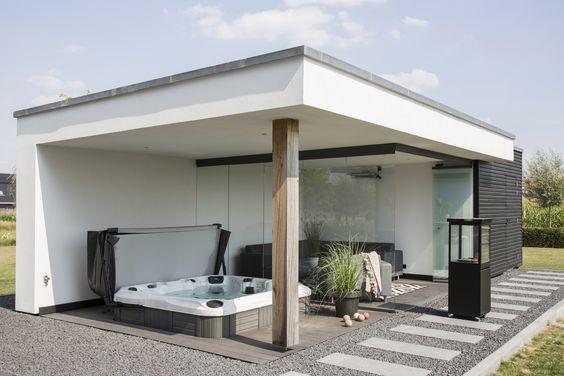 Espaço externo com hidromassagem e sala de estar.