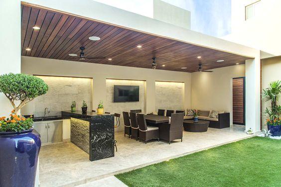 Área de lazer com sala de estar, jantar e churrasqueira.