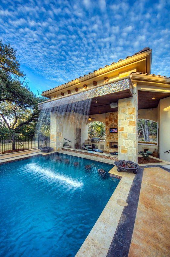Edícula em casa com piscina.
