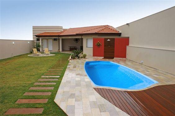 Edícula em L com piscina e área privativa.