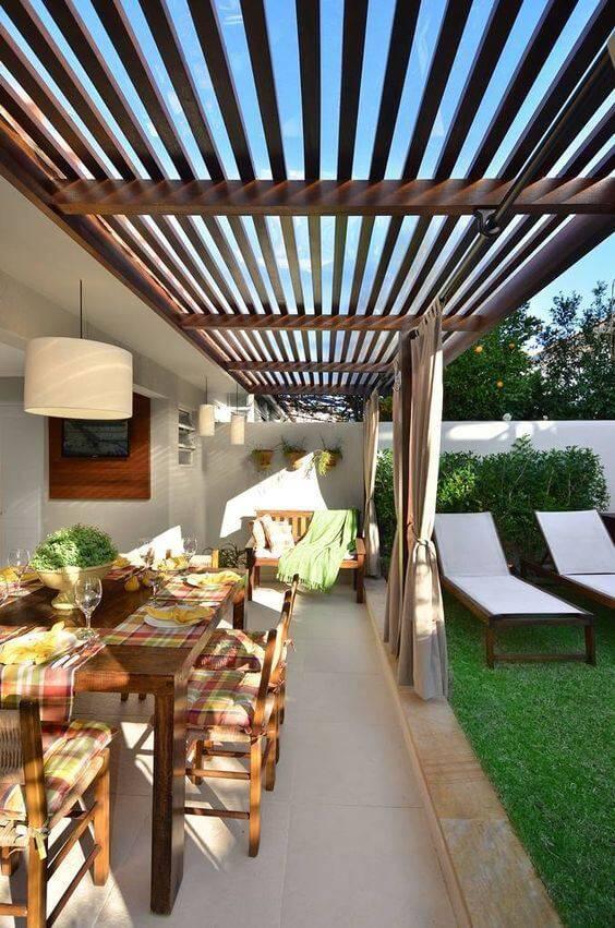 Edícula utilizada como salas de estar e jantar.
