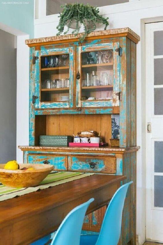 Cozinha com cristaleira em madeira rústica.