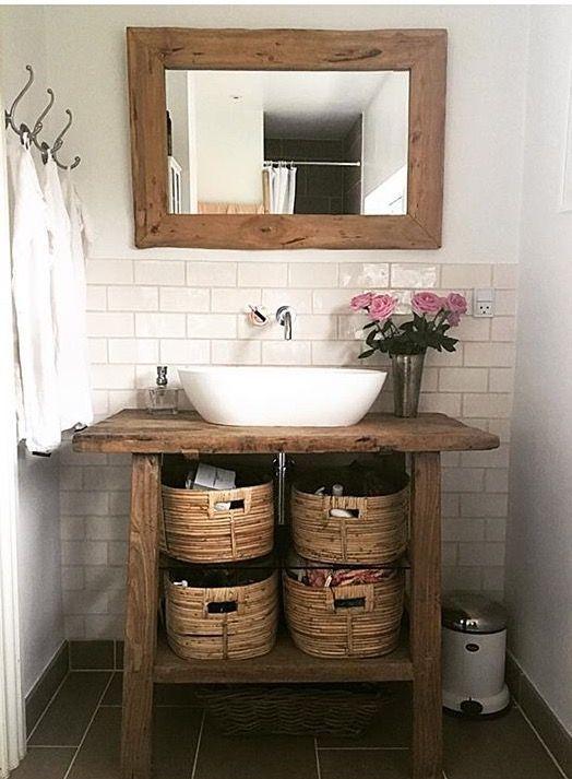 Móveis rústicos decoram banheiro com base moderninha.