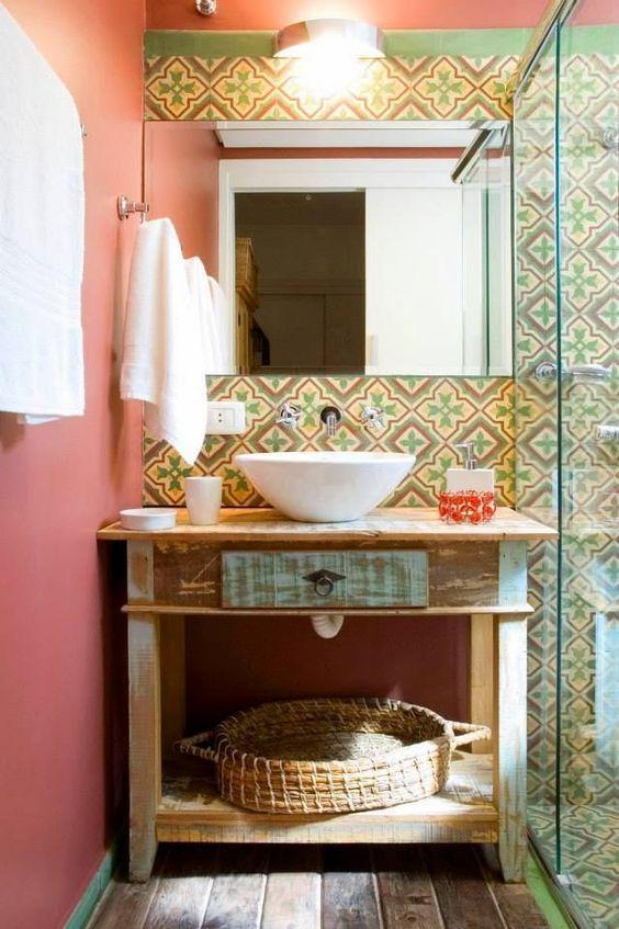 Banheiro com móvel rústico e parede com azulejo português.