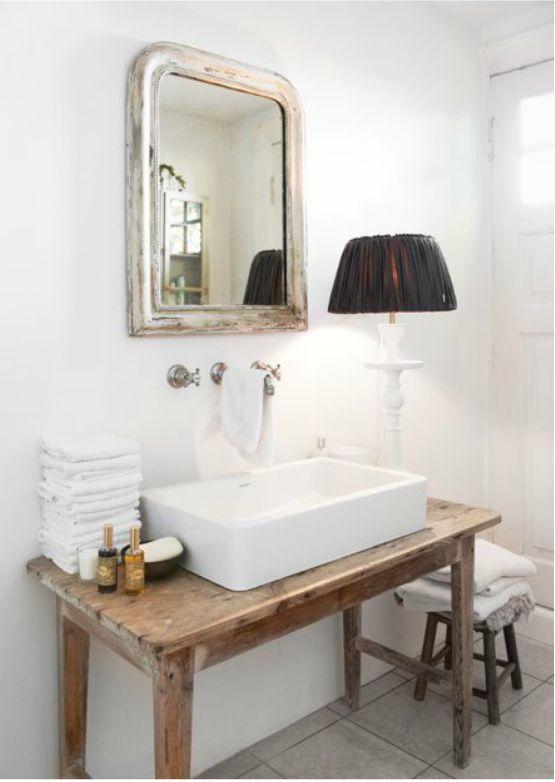 Banheiro com armários em pátina.