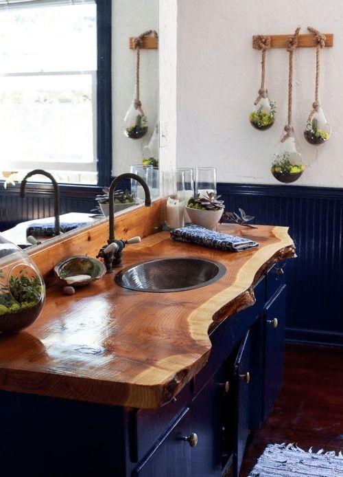 Banheiro com gabinete misturando madeira envernizada e pintada de preto.