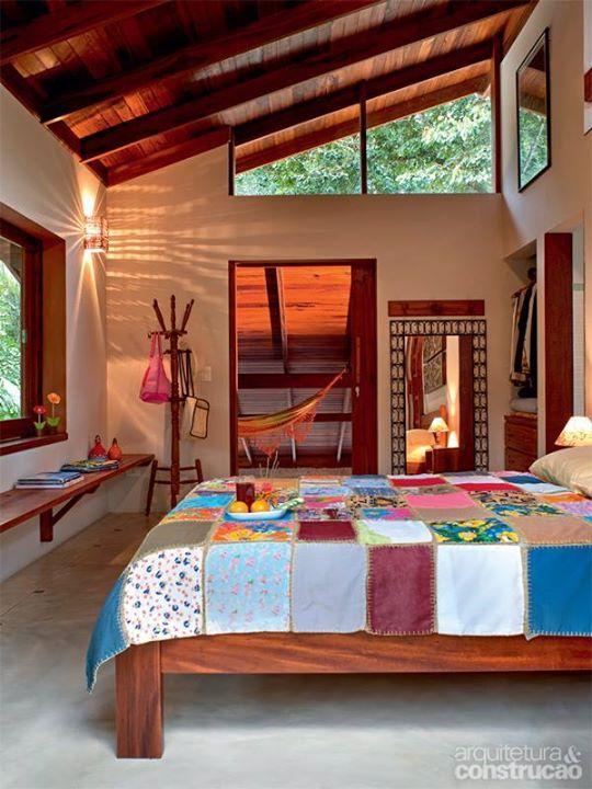 Móveis rústicos compõem esse quarto em casa de campo.