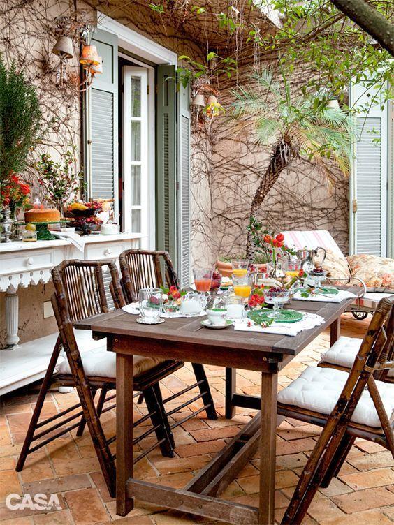 Móveis rústicos fazem parte da composição desse jardim perfeito para receber.