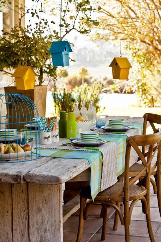 Área externa com cadeira e mesa com madeira rústica.