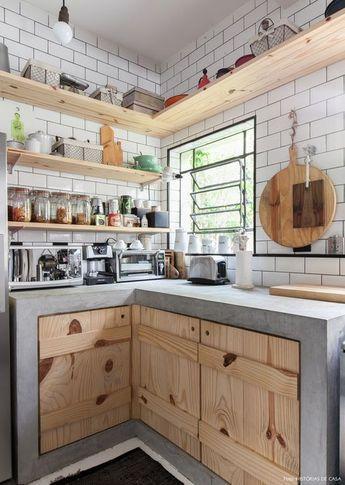 Cozinha traz bancada e prateleiras em madeira rústica.