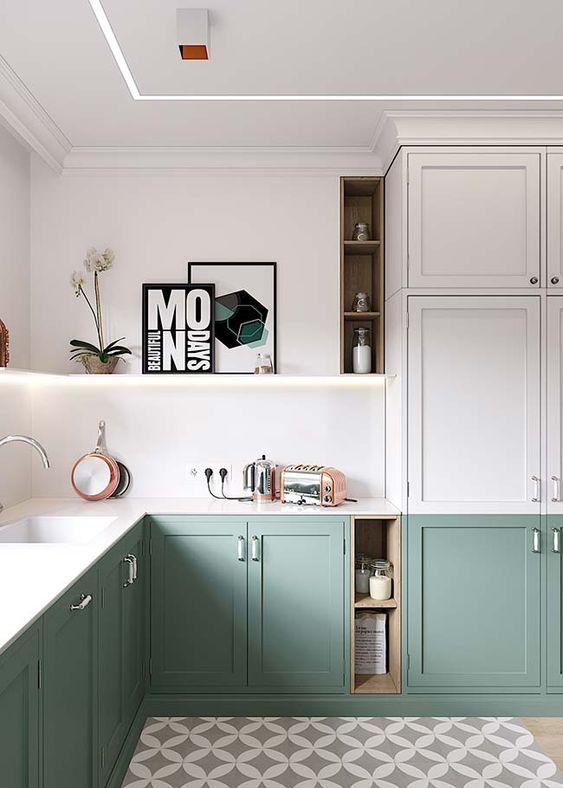 cozinha verde e branca com piso misto.