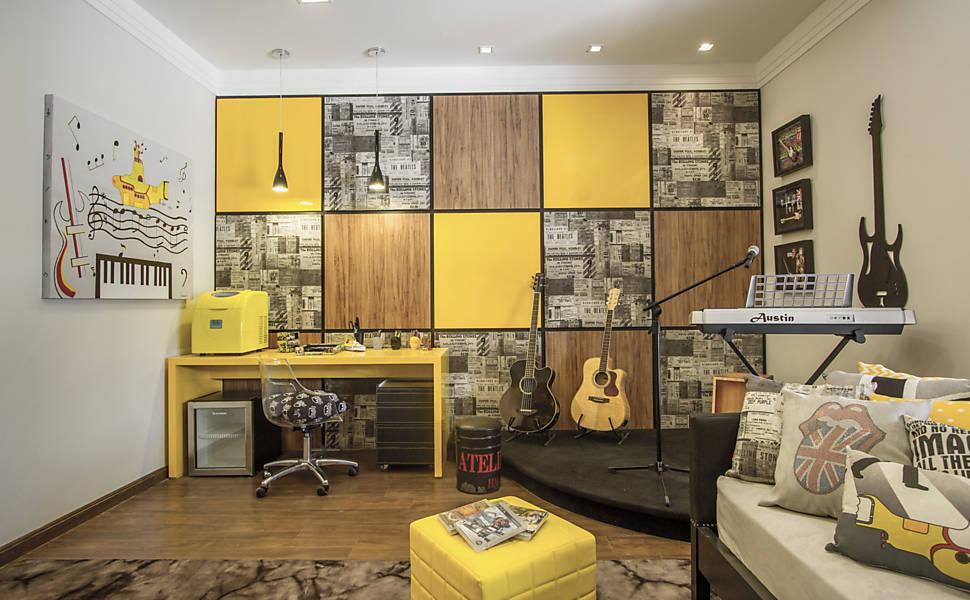quarto rústico com painel de madeira amarelo e madeira